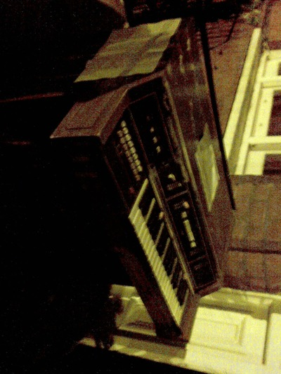 Electric_organ_on_street